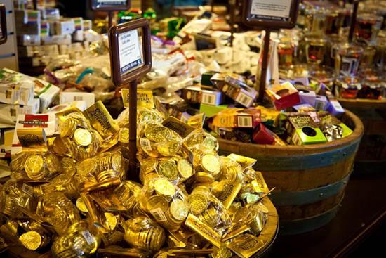 Para consumidores com restrições alimentares, estão disponíveis no mercado chocolates nas versões light e diet