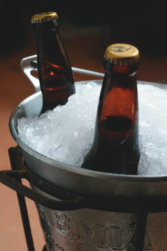 O gelo moído é utilizado por bares e restaurante na hora de servir cervejas e bebidas que precisam ficar geladas o tempo todo
