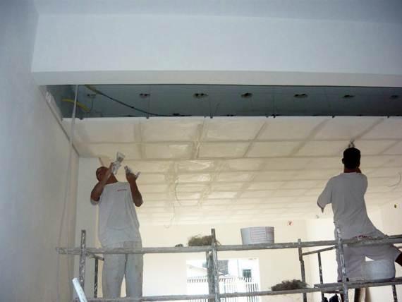 Processo de montagem do gesso no teto
