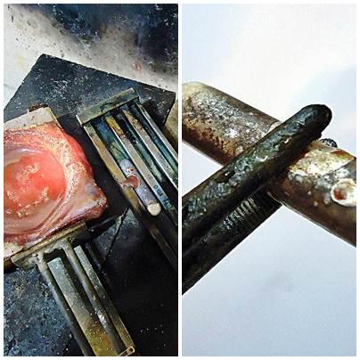 Após o vazamento, a prata solidifica no molde lubrificado com cera de abelha. Esse bastão de 55 cm será dissolvido e produzido outro material