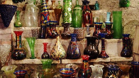 Vasos feitos de vidros de várias tonalidades