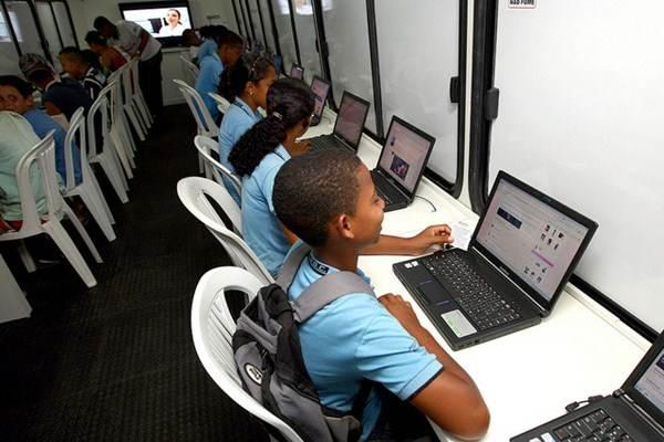 Laboratório de informática em escola pública