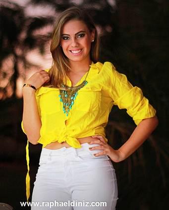 A cintura alta e a amarração na camisa tranduz estilos passados, já a mistura do neon com acessórios grandes e ainda o branco é a tendencia atual