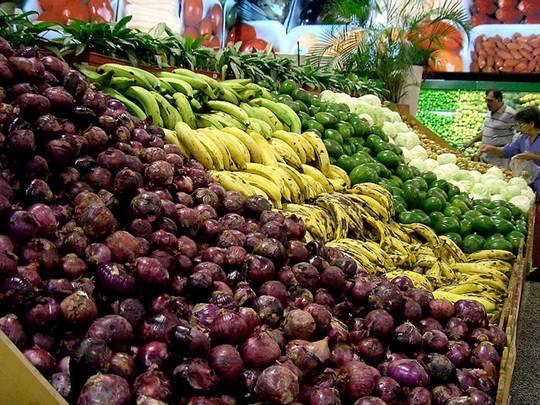 Àrea de frutas, verduras e lugumes em um supermercado