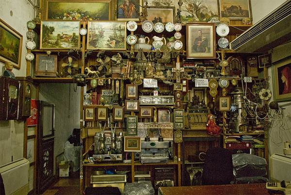 As lojas físicas de antiquários ainda fazem sucesso entre os colecionadores mais antigos