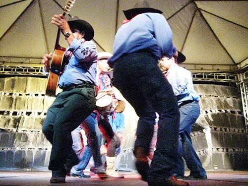 Músicos e dançarinos da catira e sua viola