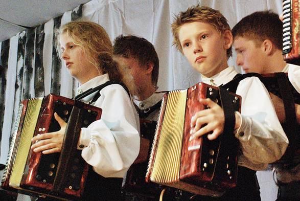 Crianças musicistas e instrumentos típicos da Noruega