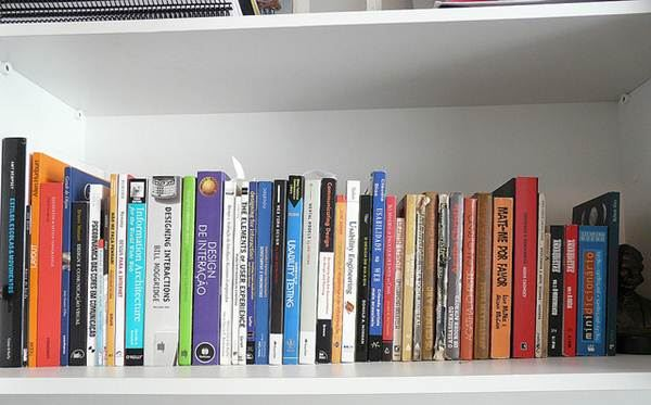 Amantes da leitura sempre preservam uma mini biblioteca em casa, os livros também podem servir de objetos de decoração