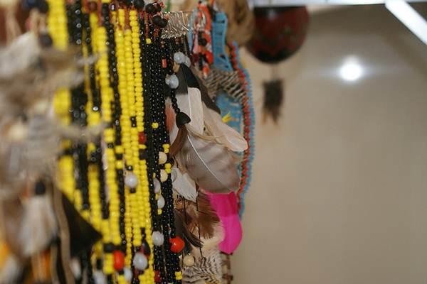 Os artesãos realizam vários tipos de trabalhos com miçangas, desde colares a bordados