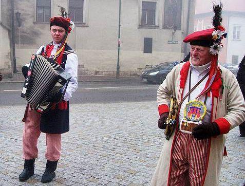 Musicos típicos de Cracóvia, na Polônia