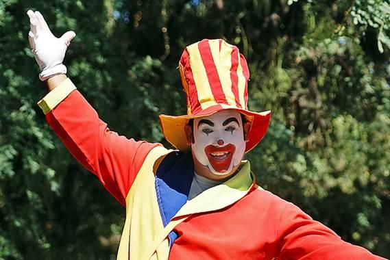 Os animadores de festas podem se vestir de personagens de desenhos, super heróis ou mesmo de palhaço
