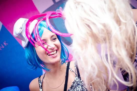 Para homens e mulheres em festas de 15 anos, formaturas ou casamentos podem ser distribuidos perucas e apetrechos para a cabeça