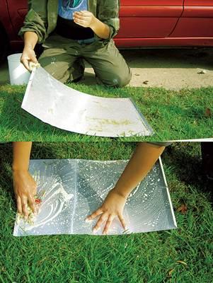 Chapa de alumínio usada em impressão offset sendo lavada para nova utilização