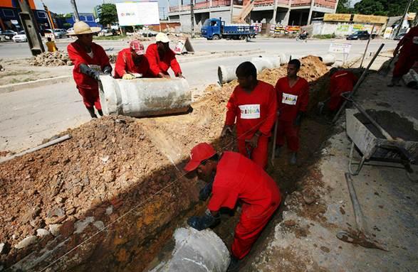 Instalação de tubulações urbanas pelo saneamento básico