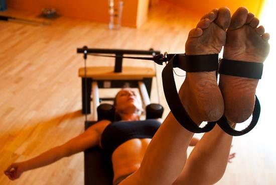 Exercícios que estimulam a força múscular são realizados em aparelhos específicos