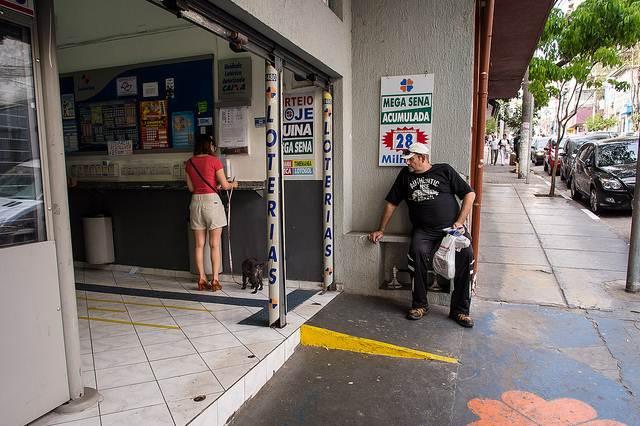As lotéricas podem realizar diversos serviços como a venda de jogos, pagamentos, consultas depósitos, saques e outros