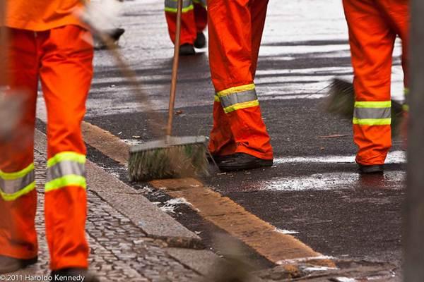 A limpeza realizada nas ruas podem ser por agências terceirizadas, contratadas pela Prefeitura