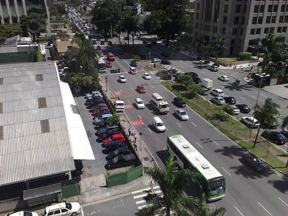 Nas grandes cidades o número de automóveis é ainda maior que o total da população