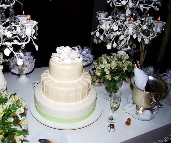 Foto decoração de mesa de bolo em casamento uberabense